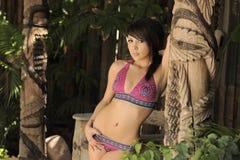 Modelo del bikiní de Latina en jardín asoleado Foto de archivo libre de regalías