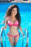 Modelo del bikini Modelo moreno atractivo hermoso de la muchacha con ondulado largo imagen de archivo libre de regalías
