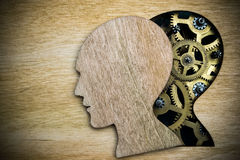 Modelo del cerebro hecho de los engranajes oxidados del metal Imagen de archivo