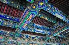 Modelo del chino tradicional en el lado interno del tejado foto de archivo libre de regalías