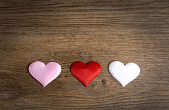 Modelo del corazón, muchos corazones en el fondo de madera Imagenes de archivo