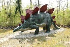 Modelo del dinosaurio del Stegosaurus al aire libre foto de archivo libre de regalías