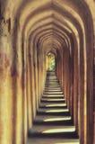 Modelo del edificio de Architechtural de columnas viejas amarillas en un edificio real histórico en la India para los turistas en fotografía de archivo libre de regalías