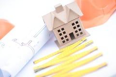 Modelo del edificio de oficinas sobre documentos de examen borrosos del ingeniero del varón adulto Imagen de archivo libre de regalías