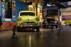 Modelo del estándar 10 y de Escarabajo Volkswagen 1963 en museo del transporte de la herencia Imagen de archivo