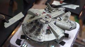 Modelo del halcón del milenio de Star Wars en Romics, el festival del International XXIII de tebeos almacen de metraje de vídeo