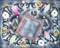 Modelo del invierno, siluetas de abetos y gallo, marco, conos, Imagen de archivo libre de regalías