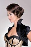 Modelo del pelo de la moda del salón