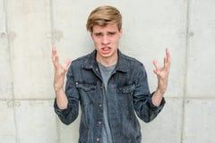Modelo del retrato del hombre joven del adolescente enojado Fotografía de archivo