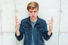 Modelo del retrato del hombre joven del adolescente frustrado Foto de archivo
