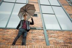 Modelo del retrato del hombre joven del adolescente sobre el edificio viejo Fotos de archivo libres de regalías