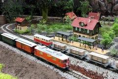 Modelo del tren en los jardines por la bahía Imagenes de archivo