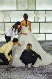 Modelo del vestido de los estilistas en la pista en los lanzamientos del lookbook de RIVINI durante la colección nupcial de la ca Imagen de archivo