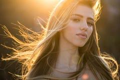 Modelo delgado femenino Foto de la moda de la señora hermosa Muchacha modelo hermosa y de moda Estilo, moda, mujer alto imagenes de archivo