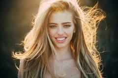 Modelo delgado femenino Foto de la moda de la se?ora hermosa Modelo joven de la belleza con maquillaje perfecto Sonrisa asombrosa imágenes de archivo libres de regalías