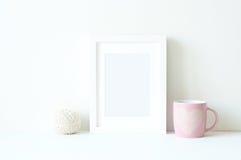 Modelo denominado com quadro branco e os ranunculos cor-de-rosa Imagem de Stock Royalty Free