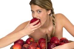 Modelo descubierto atractivo que prueba una manzana roja jugosa Fotos de archivo libres de regalías