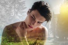 Modelo desnudo teniendo sesión de foto en el bosque Imagenes de archivo