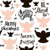 Modelo dibujado mano inconsútil del día de fiesta con ángeles de la Navidad y letras escritas mano Ilustración del vector Fotografía de archivo