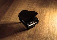 Modelo diminuto do piano de cauda preto com sombra Fotos de Stock