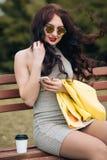 Modelo divertido en gafas de sol y en un poco vestido verde, fondo blanco Retrato de la forma de vida de la moda de feliz joven Fotografía de archivo