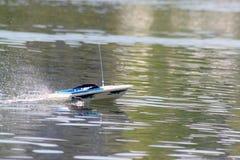 Modelo do barco no movimento no lago imagem de stock royalty free
