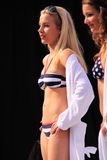 Modelo do Beachwear na passarela Imagens de Stock Royalty Free