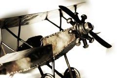 Modelo do biplano do vintage (sepia, close-up, foco raso). fotografia de stock