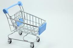 Modelo do carrinho de compras no fundo branco Fotografia de Stock Royalty Free