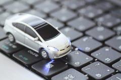 Modelo do carro sobre o teclado Fotografia de Stock