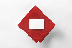 Modelo do cartão no papel de traçado vermelho em p textured branco Imagem de Stock