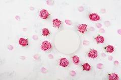 Modelo do casamento com placa, as flores da rosa do rosa e as pétalas redondas brancas na opinião de tampo da mesa clara Teste pa Fotografia de Stock