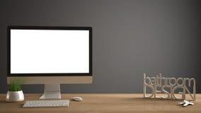 Modelo do Desktop, molde, computador na mesa de madeira do trabalho com tela vazia, chaves da casa, letras 3D que fazem o banheir Fotografia de Stock Royalty Free