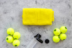 Modelo do esporte Bolas de tênis na opinião superior do fundo cinzento Imagem de Stock Royalty Free