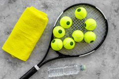 Modelo do esporte Bolas e raquete de tênis na opinião superior do fundo cinzento Foto de Stock Royalty Free