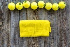 Modelo do esporte Opinião superior do fundo de madeira das bolas de tênis Fotos de Stock Royalty Free