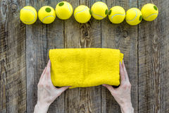 Modelo do esporte Opinião superior do fundo de madeira das bolas de tênis Fotografia de Stock Royalty Free