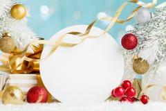 Modelo do feriado com decorações do Natal e caixa de presente no fundo nevado do bokeh ano novo feliz 2007 fotografia de stock