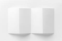Modelo do folheto aberto de quatro dobras no fundo branco Fotos de Stock Royalty Free