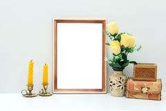 Modelo do quadro A4 de madeira com flores e as caixas amarelas Imagem de Stock Royalty Free