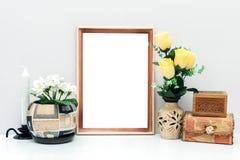 Modelo do quadro A4 de madeira com flores e caixas Fotos de Stock