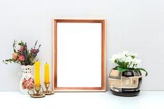 Modelo do quadro A4 de madeira com flores e velas Foto de Stock Royalty Free