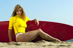 Modelo do Redhead na praia Imagens de Stock Royalty Free