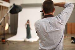 Modelo do tiro do fotógrafo Fotografia de Stock