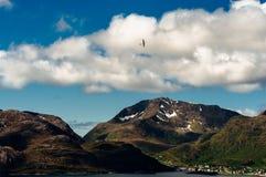 Modelo dos aviões no céu sobre montanhas Foto de Stock Royalty Free