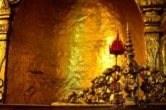 Modelo dourado do anjo na parede Fotografia de Stock Royalty Free