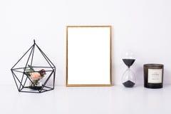 Modelo dourado do quadro na parede branca fotos de stock