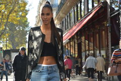 Modelo durante semana de la moda de París imagenes de archivo