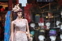 Modelo e cabeças na loja Fotografia de Stock Royalty Free