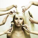 Modelo e mãos dos estilistas Imagem de Stock Royalty Free